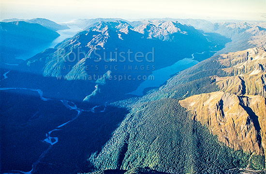Lake McKerrow and Hollyford Valley (left), Skippers Range (cent.), and Lake Alabaster and Pyke Valley (right), Fiordland National Park, Southland District, Southland Region, New Zealand (NZ) stock photo.
