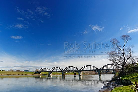 Balclutha Road Bridge over the Clutha River / Mata-ua. Iconic historic bowstring style designed by Mr. W. L. Newnham, built 1933-35, Balclutha, Clutha District, Otago Region, New Zealand (NZ) stock photo.
