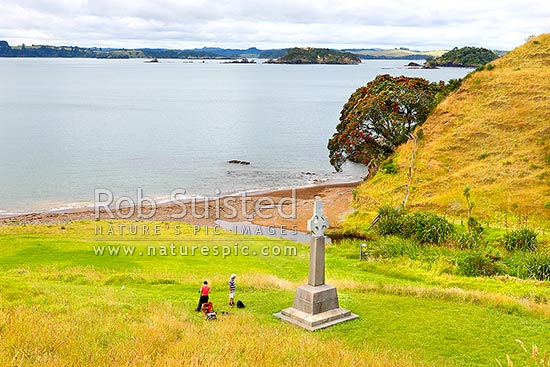 Marsden Cross and walkers in Hohi (Oihi) Bay, where Reverend Samuel Marsden preached his 1st sermon Christmas Day 1814, below Rangihoua Pa, Kerikeri, Far North District, Northland Region, New Zealand (NZ) stock photo.