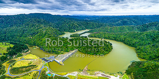 Patea Dam on the Patea River, holding back Lake Rotorangi, a 46km long hydro power lake.  Patea Dam is rated at 31 MW output, 80m high, built 1984. Aerial panorama. Hurleyville, Patea, South Taranaki District, Taranaki Region, New Zealand (NZ) stock photo.