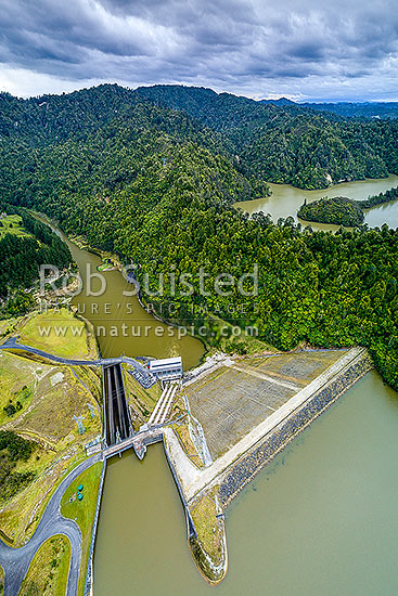 Patea Dam on the Patea River, holding back Lake Rotorangi, a 46km long hydro power lake.  Patea Dam is rated at 31 MW output, 80m high, built 1984. Aerial view. Tarere Conservation Area, Patea, South Taranaki District, Taranaki Region, New Zealand (NZ) stock photo.