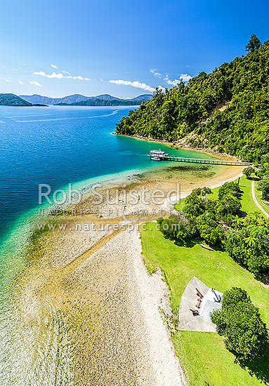 Ship Cove (Meretoto) and Captain Cook's Monument in the outer Queen Charlotte Sound (Totaranui). Start of the Queen Charlotte Walking Track. Aerial view, Marlborough Sounds, Marlborough District, Marlborough Region, New Zealand (NZ) stock photo.