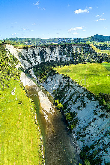 Rangitikei River and white siltstone / paapa / papa cliffs distinctive of the district. Aerial view over river valley terraces and farmland, Mangaweka, Rangitikei District, Manawatu-Wanganui Region, New Zealand (NZ) stock photo.