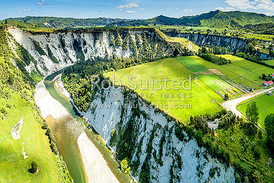 Rangitikei River and white siltstone / paapa / papa cliffs distinctive of the district. Aerial view over river valley terraces and farmland, with Mangaweka township at right, Mangaweka, Rangitikei District, Manawatu-Wanganui Region, New Zealand (NZ) stock photo.