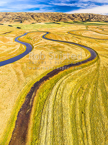 Upper Taieri River Scroll Plain at Serpentine Flat. Serpentine Wildlife Management Reserve. Looking South and upstream. Paerau Styx, in the Maniototo. Aerial view, Patearoa, Central Otago District, Otago Region, New Zealand (NZ) stock photo.
